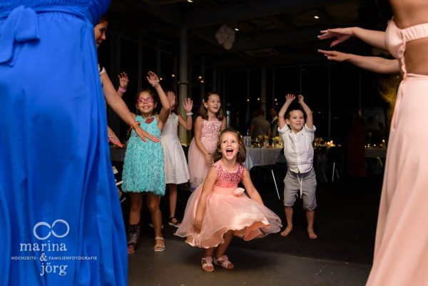Marina und Joerg, Hochzeitsfotografen aus Giessen: tanzende Kinder bei einer Hochzeit in der Naehe von Bern, Schweiz