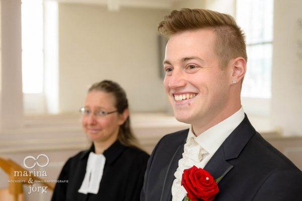 Marina und Joerg, Hochzeitsreportage in Marburg: wartender Braeutigam in der Kirche Wittelsberg