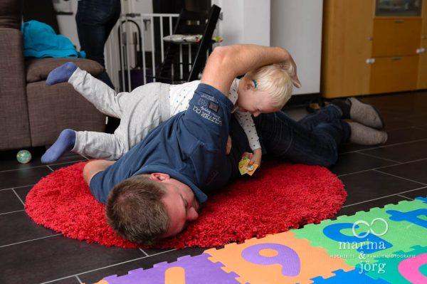 lebendige Familienfotos bei einer Homestory mit den Familien-Fotografen aus Gießen