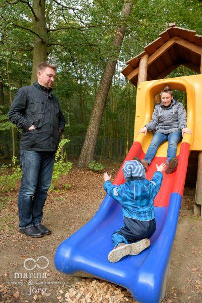 lebendige Familienfotos auf dem Spielplatz - Familienfotograf Gießen