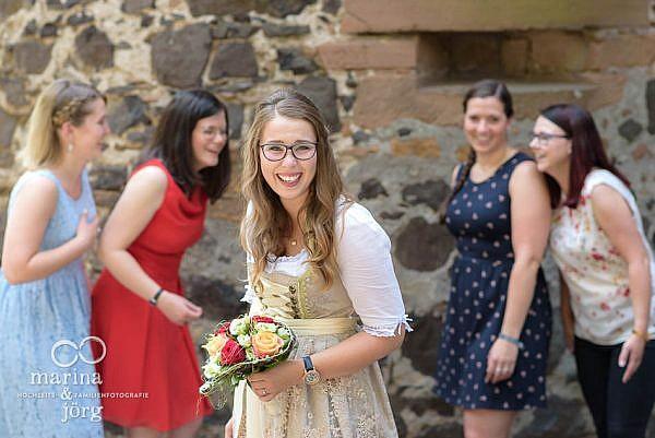 Hochzeitsfotografie Marina & Jörg: Gruppenbild bei einer Hochzeit auf Burg Staufenberg bei Gießen