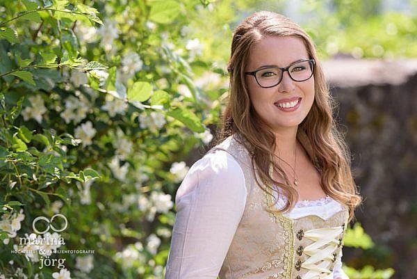 Marina und Jörg, als Hochzeitsfotografen unterwegs in Gießen: Portrait der Braut bei einer Hochzeit auf Burg Staufenberg