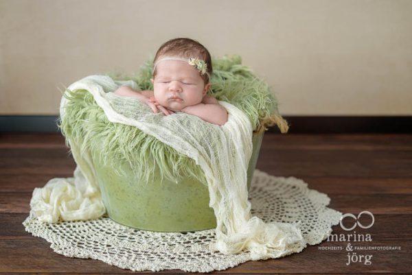 Marina und Jörg, Babyfotografen aus Giessen: professionelle Neugeborenenfotos bequem zu Hause (Babygalerie Giessen)