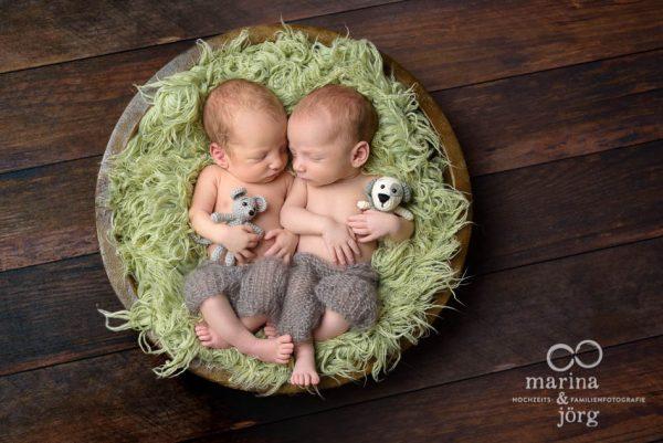 Marina und Jörg, Neugeborenen-Fotografen aus Gießen: professionelles Neugeborenen-Fotoshooting mit Zwillingen bequem zu Hause