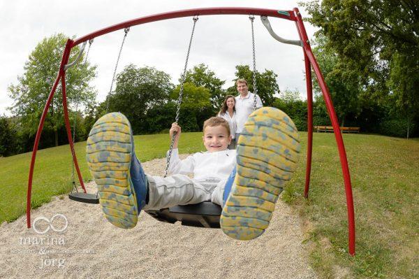 Marina und Joerg, Familienfotografen Marburg: moderne Familienbilder auf dem Spielplatz