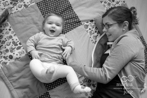 Marina und Joerg, Familienfotografen Giessen: natuerliche Familienfotos bei einer Familienreportage - ein ganz besonderer Erinnerungsschatz an eine einzigartige Zeit