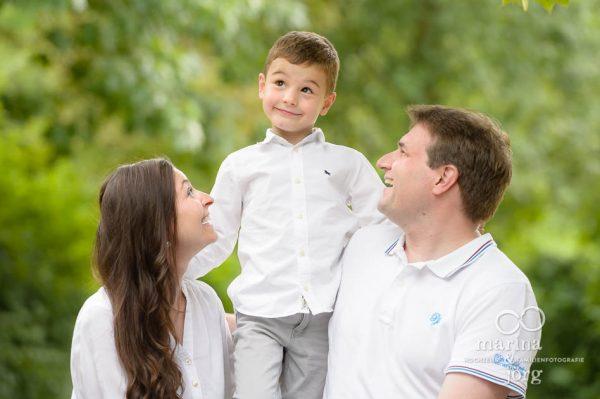 Marina und Joerg, Fotografen-Paar Giessen: modernes Familienfoto draussen