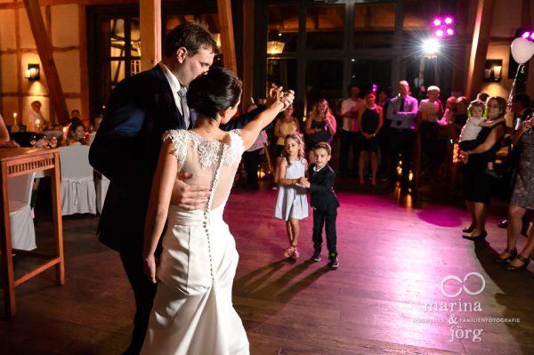 Marina und Joerg, Hochzeitsfotografen Giessen: Hochzeitstanz in der Eventscheune Dagobertshausen bei Marburg