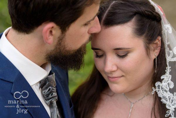 Marina und Jörg, Hochzeits-Fotografen-Paar aus Gießen: romantisches Paar-Fotoshooting auf Schloss Münchenwiler bei Bern