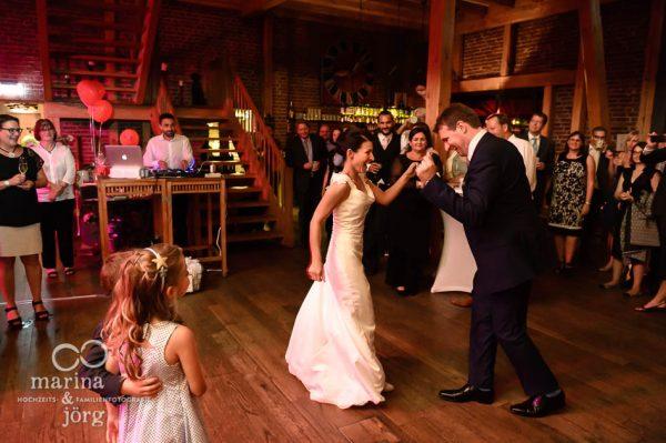 Marina und Joerg, Fotografen-Paar aus Giessen: Hochzeitstanz in der Eventscheune Dagobertshausen bei Marburg