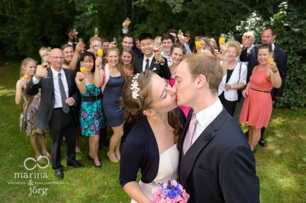 Marina und Joerg, Hochzeitsfotografen Giessen: Gruppenbild mit dem Brautpaar
