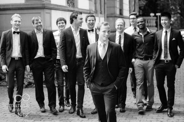 Marina und Joerg, Fotografen-Paar aus Giessen: Hochzeitsfoto des Braeutigams mit seinen Best Men