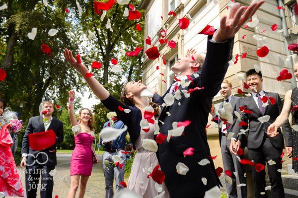 Marina und Joerg, Hochzeitsfotografen-Paar aus Giessen: Bluetenregen vor dem Standesamt