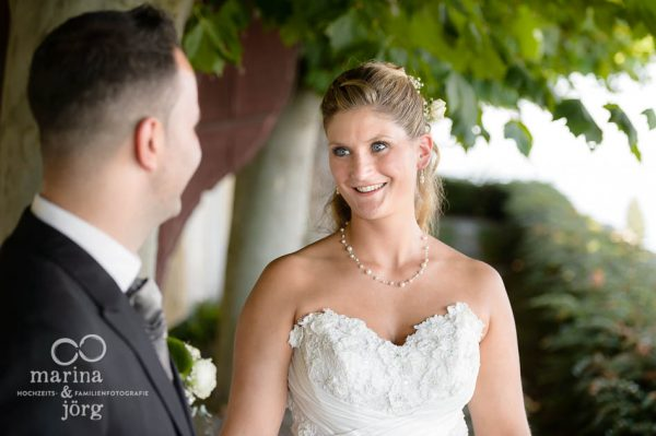 Marina und Joerg, Hochzeitsfotografen Giessen: romantische Hochzeitsfotos (Kirche Ligerz am Bielersee bei Bern)