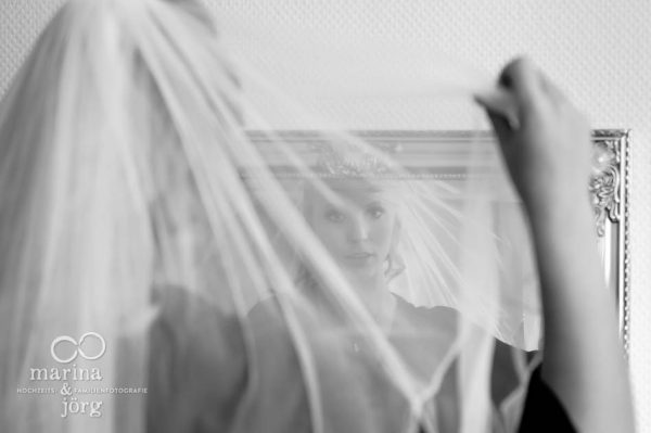 Marina und Joerg, Fotografen-Paar aus Giessen: Hochzeitsreportage in Marburg - Braut beim Getting-Ready