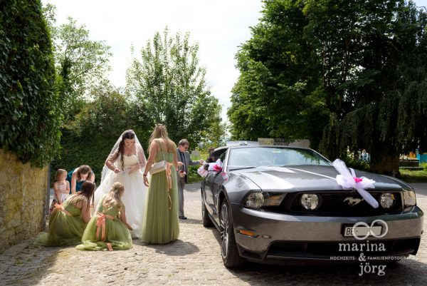 Ankunft der Braut am Schloss Münchenwiler - Hochzeitsreportage von den Hochzeitsfotografen Marina und Jörg aus Gießen