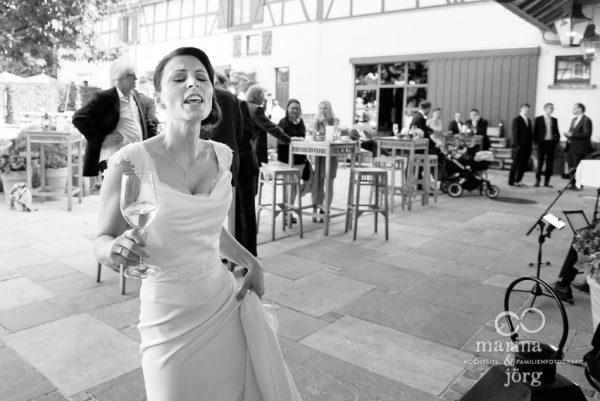 Marina und Joerg, Hochzeitsfotografen aus Giessen: Braut geniesst ihre Hochzeitsfeier in der Eventscheune Dagobertshausen