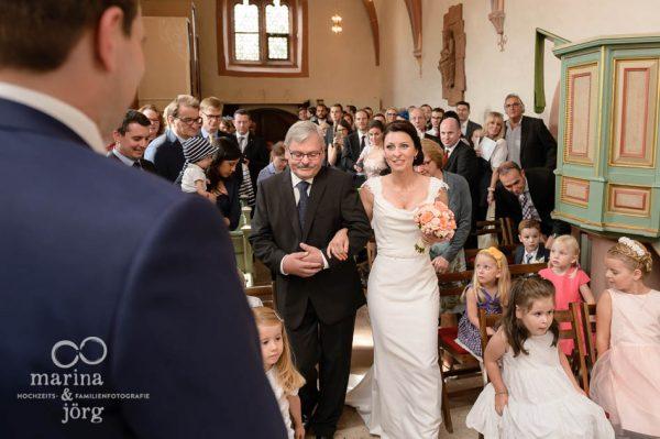 Marina und Joerg, Fotografen-Paar aus Giessen: Hochzeitsfotos bei der Uebergabe der Braut
