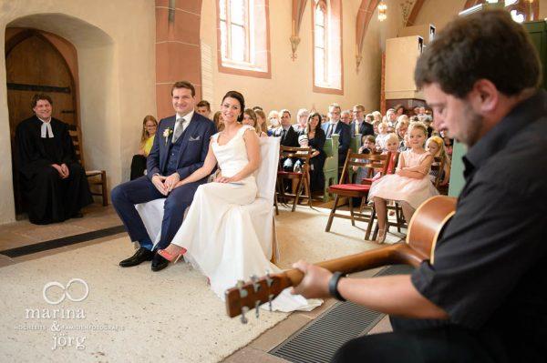 Marina und Joerg, Hochzeitsfotografen Marburg: Rockmusik bei einer Hochzeit in der Marien-Kirche Wehrshausen festgehalten in einzigartigen Hochzeitsbildern