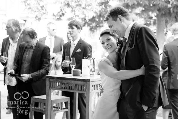Marina und Joerg, Fotografen aus Giessen: Brautpaar geniesst ihre Hochzeit im Hofgut Dagobertshausen bei Marburg