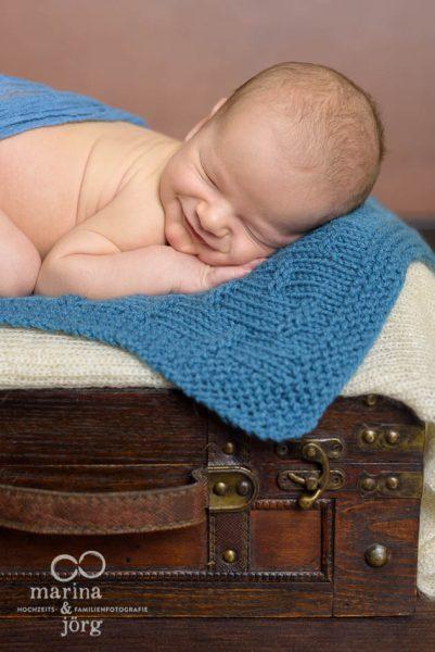 Marina und Jörg, Neugeborenenfotografen aus Gießen: professionelles Neugeborenen-Fotoshooting entspannt zu Hause - Babygalerie