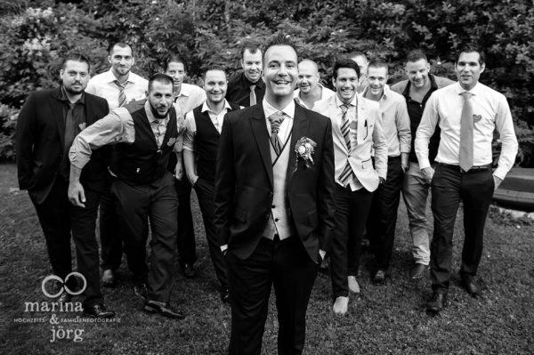 Hochzeitsfotografen-Paar Marina und Joerg aus Giessen: modernes Gruppenfoto des Brautigams mit seinen Jungs