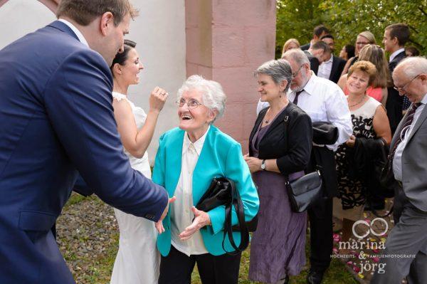 Hochzeitsreportage in Marburg: Gratulation der Gaeste vor der Marien-Kirche Wehrshausen