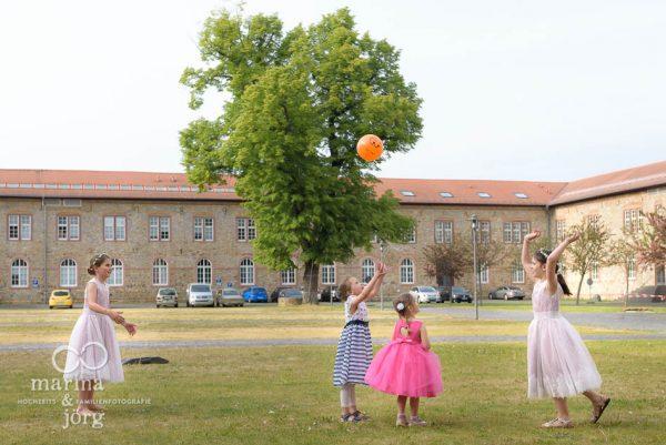 Marina & Jörg, Hochzeitsfotografen für eure Hochzeit: spielende Kinder im Schloss Butzbach