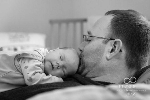 natürliche Neugeborenenfotos einer Homestory - Babyfotografen Gießen