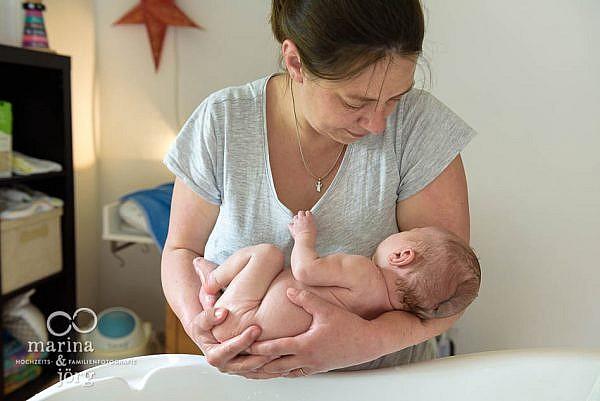 natürliche Neugeborenenfotos einer Homestory - Babyfotografen Wetzlar