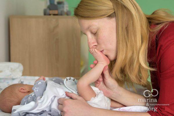 natürliche Neugeborenenfotos - ungestellte Babyfotos - Familien-Fotografen Gießen