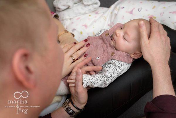 natürliche Neugeborenenfotos - ungestellte Babyfotos - Familien-Fotografen Marburg