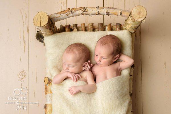 Neugeborenen-Fotografen aus Gießen: Baby-Fotoshooting mit Zwillingen bequem zu Hause - Babygalerie Gießen