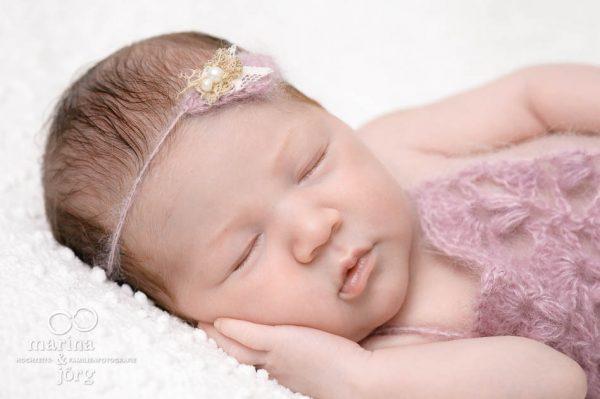 Neugeborenen-Fotograf Marburg: professionelles Fotoshooting ganz entspannt zu Hause - Babygalerie Marburg von Marina und Jörg