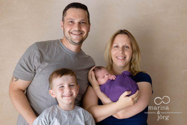 Familienfotograf Idstein: Neugeborenen-Fotoshooting und Familienfotos entspannt zu Hause