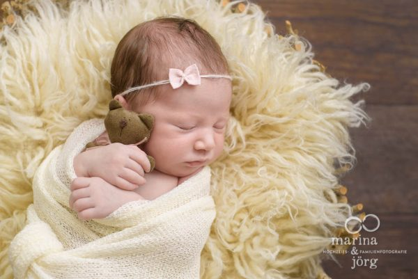 professionelles Neugeborenen-Fotoshooting entspannt zu Hause bei einer Familie in Marburg
