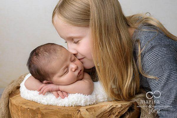 Babygalerie Marburg: Bild aus einem Neugeborenen Fotoshooting - Geschwisterliebe pur
