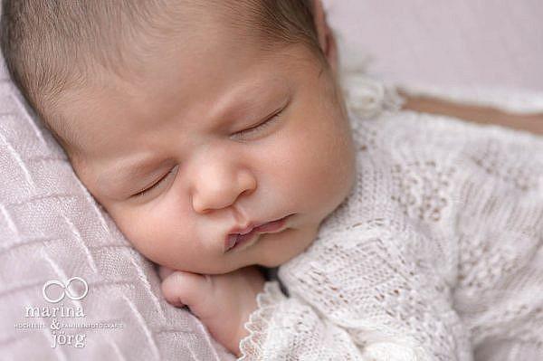 mobile Babyfotografen für Marburg: professionelles Neugeborenen-Fotoshooting ganz bequem zuhause machen lassen