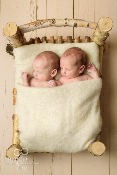 Marina und Jörg, Fotografen aus Gießen: Neugeborenen-Fotoshooting mit Zwillingen bequem zu Hause