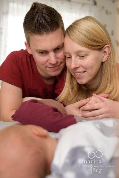 ungestellte aber professionelle Neugeborenenfotos bei einer Homestory in der Nähe von Gießen