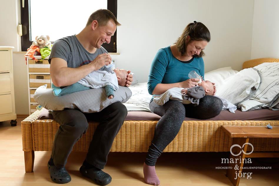 ungestellte Neugeborenenfotos von süßen Zwillingen bei einer Homestory in der Nähe von Wetzlar