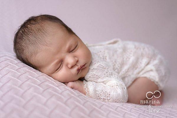 Babyfotos in Marburg - professionelle Neugeborenenfotos ganz entspannt zu Hause machen lassen - Babygalerie Marburg