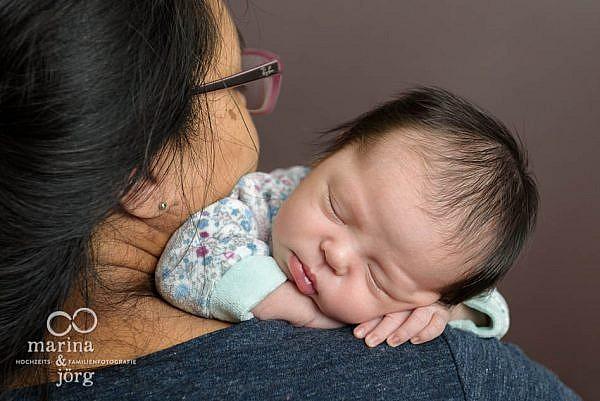 mobiler Babyfotograf Marburg - professionelle Neugeborenenfotos zu Hause machen lassen
