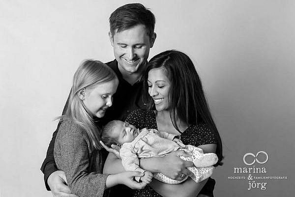 Familienfoto mit einem Neugeborenen - Baby-Fotoshooting in Marburg