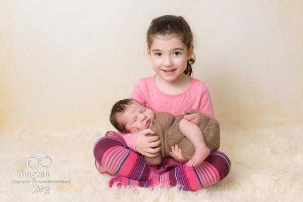 Marina und Jörg - Babygalerie: Neugeborenenfoto mit großer Schwester bei einer Familie in der Nähe von Gießen
