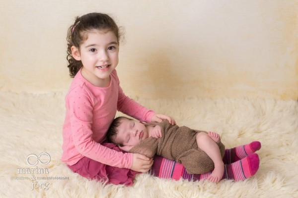 Marina und Jörg - entspanntes Neugeborenen-Fotoshooting zu Hause: besondere Babyfotos in der Nähe von Gießen - Geschwisterbild
