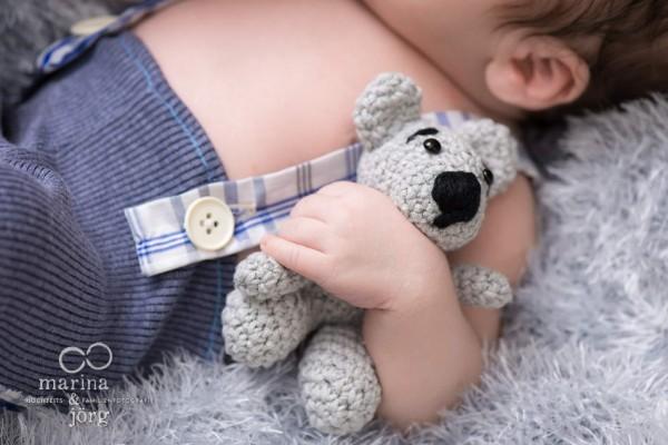 Marina und Jörg - entspanntes Neugeborenen-Fotoshooting zu Hause: besondere Babyfotos in der Nähe von Gießen