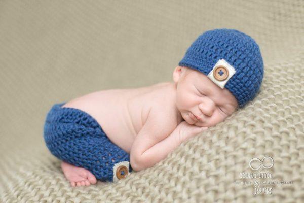 Marina und Jörg, Babyfotografen Gießen - entspanntes Neugeborenen-Fotoshooting zu Hause bei einer Familie in Lich: besondere Babyfotos