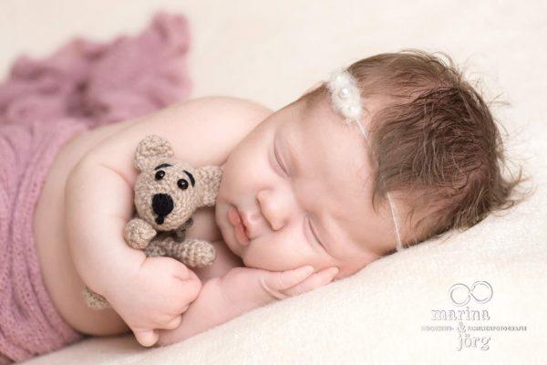 Marina und Jörg, Babyfotografen Gießen - entspanntes Neugeborenen-Fotoshooting zu Hause bei einer Familie in Gießen: besondere