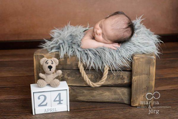 Marina und Jörg, Neugeborenenfotografen Gießen - Babygalerie: zauberhaftes Neugeborenenfoto bei einer Familie in Wetzlar